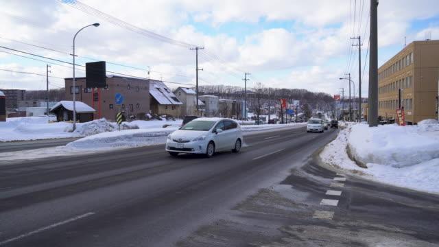 verkehr auf der verschneitenstraße - weißrussland stock-videos und b-roll-filmmaterial