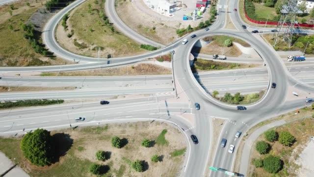 vidéos et rushes de carrefour routier, haggvik, sollentuna, stockholm - rond point