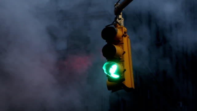traffic stoplight in new york city - segnale per macchine e pedoni video stock e b–roll