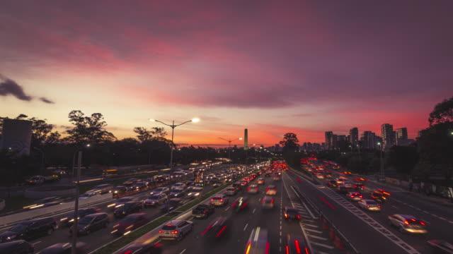 traffic sunset timelapse video - são paulo video stock e b–roll
