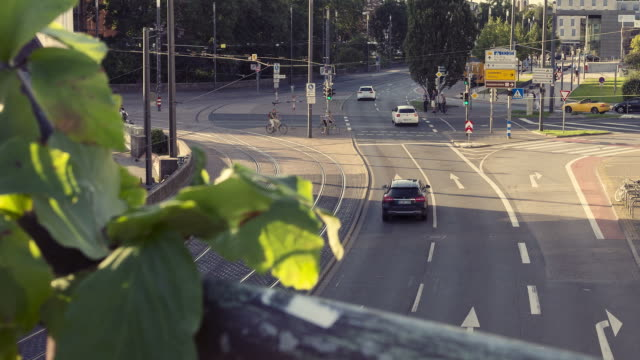 traffic time lapse city, darmstadt (germany) - segnale per macchine e pedoni video stock e b–roll