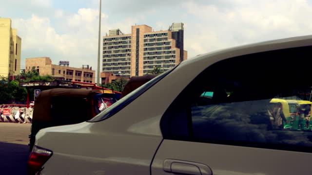 vídeos de stock, filmes e b-roll de lapso de tempo do tráfego, madhuban chowk, nova deli - nova delhi