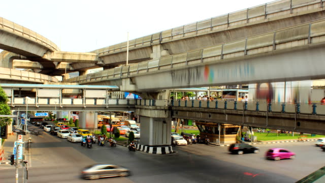 time lapse del traffico centro di bangkok, tailandia - subway video stock e b–roll