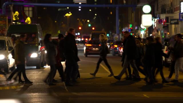 ベルリンのクリスマスの時期に人と車との交通 ビデオ