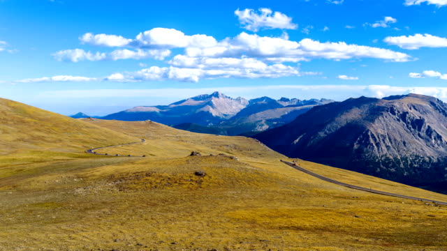vídeos de stock e filmes b-roll de trail ridge road - time-lapse of a panoramic evening view of busy trail ridge road winding through vast alpine tundra at top of rocky mountains, co, usa. - passagem de ano