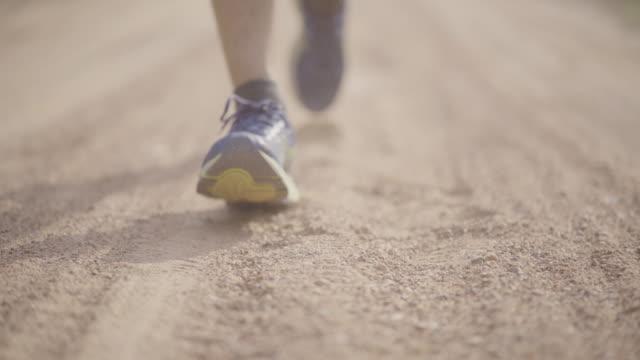 トレイル ランニングほこりと砂パスを下段に - 陸上競技点の映像素材/bロール