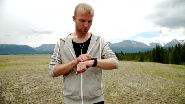 terränglöpning mannen på berget sökvägen utövar - tävlingsdistans bildbanksvideor och videomaterial från bakom kulisserna
