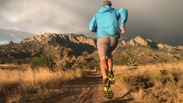 stockvideo's en b-roll-footage met trail running - oudere mannen