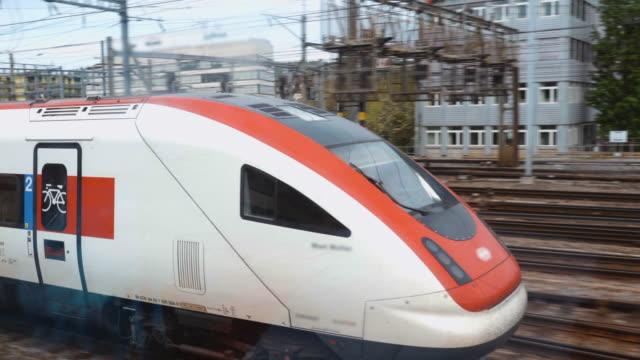 pociąg i lokomotywa ciągnąc do głównego dworca kolejowego w zuerich w szwajcarii - trenować sport filmów i materiałów b-roll