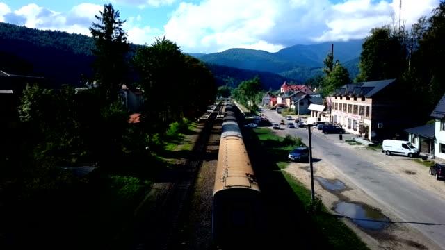 yaremche, ukraina: tåget anländer till stationen yaremche. - karpaterna tåg bildbanksvideor och videomaterial från bakom kulisserna