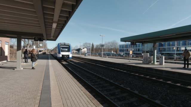 tåg som anländer till en järnvägsstation i bayern tyskland - munich train station bildbanksvideor och videomaterial från bakom kulisserna