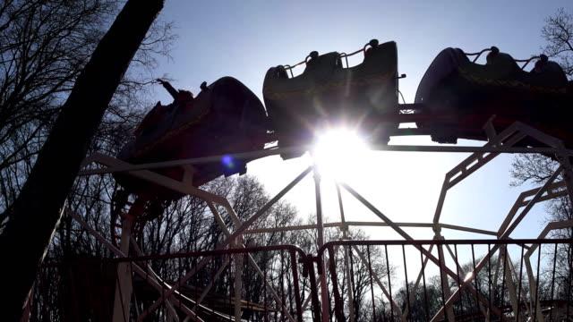 vídeos y material grabado en eventos de stock de atracción tren para los niños en un parque contra el cielo azul - memorial day