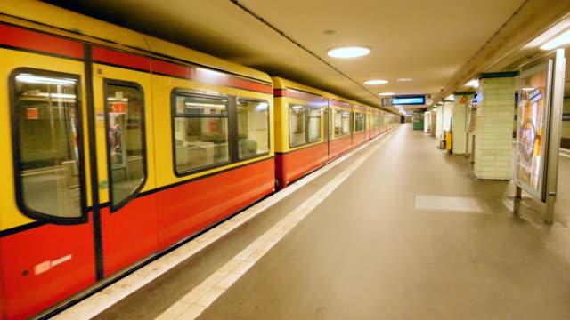 vidéos et rushes de train traversant une station de métro vide - allemagne