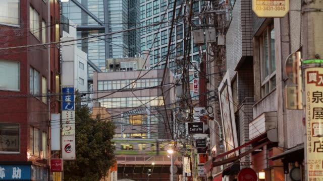 東京の通りを横断する列車 - 列車点の映像素材/bロール