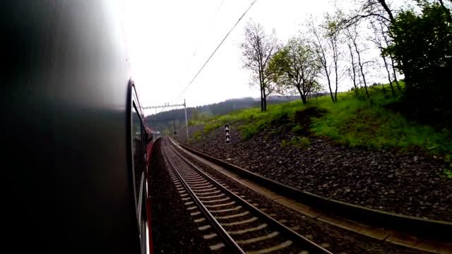 ett tåg går ner sin väg förbi den vackra landsbygden landskap - karpaterna tåg bildbanksvideor och videomaterial från bakom kulisserna