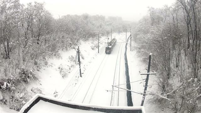 vídeos de stock, filmes e b-roll de trem passa sobre trilhos no inverno - característica arquitetônica