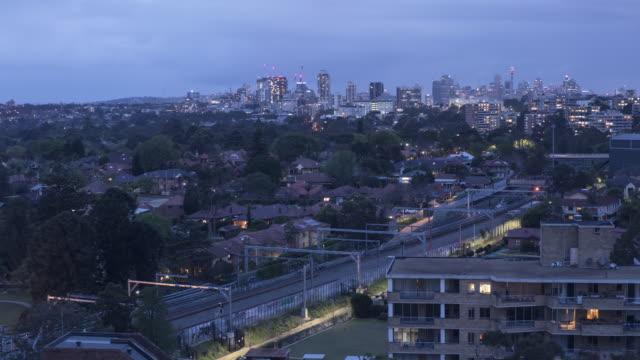 기차 배경 시간 경과에서 시드니 시티와 채스우드 nsw에 선 황혼의 시간 - 시드니 뉴사우스웨일스 스톡 비디오 및 b-롤 화면
