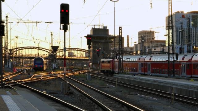 tåg på spårvägvid centralstationen i münchen - munich train station bildbanksvideor och videomaterial från bakom kulisserna