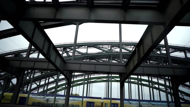 Zug führt über die Brücke – Video