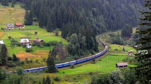 tåg rider genom en by i bergen - karpaterna tåg bildbanksvideor och videomaterial från bakom kulisserna