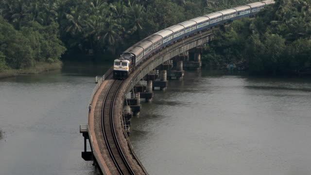 vídeos de stock, filmes e b-roll de executado em cima da ponte de trem - transporte ferroviário