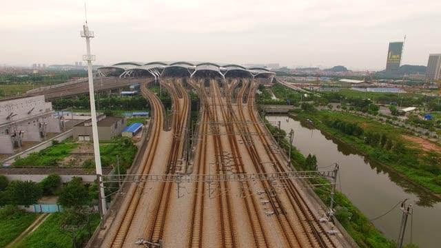 vídeos de stock, filmes e b-roll de fotografia aérea de estação de trem - alto descrição geral