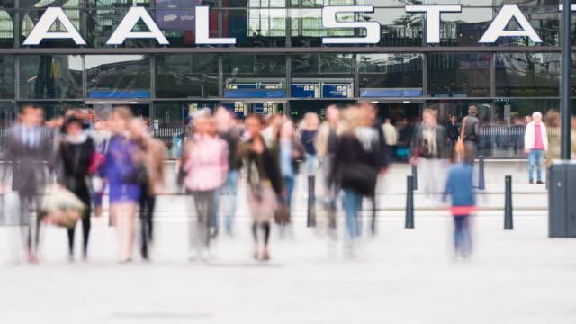 time lapse: stazione pendolari a rotterdam - rotterdam video stock e b–roll