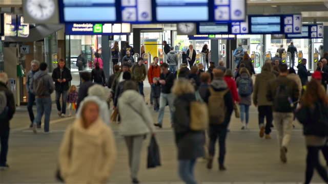 stockvideo's en b-roll-footage met trein station passagiers nederland - eindhoven