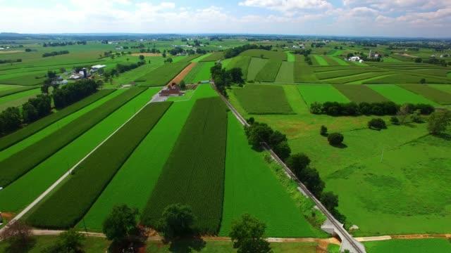 tracks von amish ackerland zu trainieren, wie gesehen von drohne - pennsylvania stock-videos und b-roll-filmmaterial