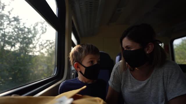 パンデミック中の列車旅行 - 乗客点の映像素材/bロール