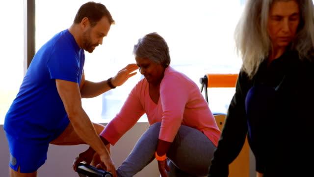 Trainer, die Unterstützung von Frauen in Führungspositionen bei der Durchführung von Yoga 4k – Video