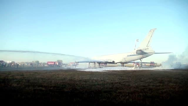 formazione antincendio aerei - gommapiuma video stock e b–roll