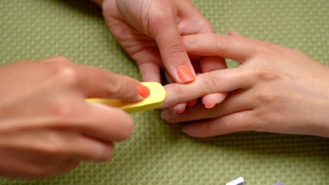 vidéos et rushes de formation manucure leçon, nettoie les ongles - cuticule