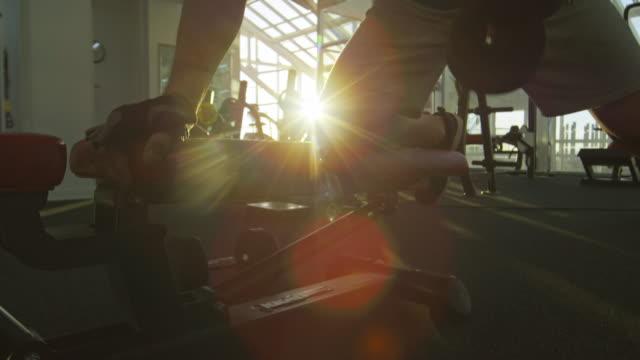 ausbildung mit kurzhanteln - hantel stock-videos und b-roll-filmmaterial