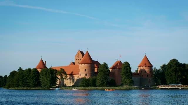 trakai island castle in see galve, litauen - litauen stock-videos und b-roll-filmmaterial