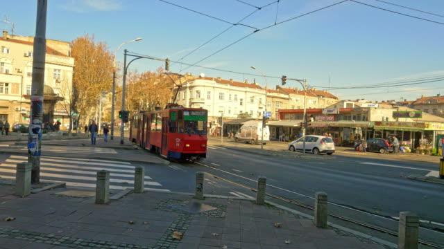 ws-straßenbahn in belgrad - überweg warnschild stock-videos und b-roll-filmmaterial