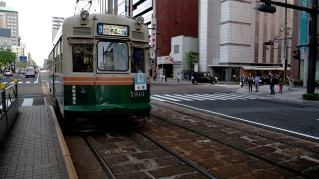 tram in hiroshima. - hiroshima stok videoları ve detay görüntü çekimi
