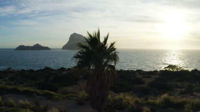 tramonto sul mare di ibiza - es vedrà. 4k - ibiza filmów i materiałów b-roll