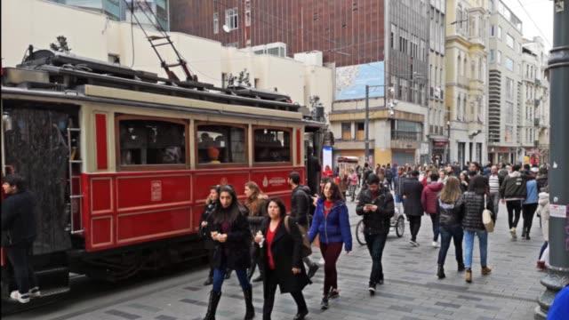 tramvia in via istiklal nella città di istanbul con folla che cammina - grand bazaar video stock e b–roll