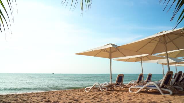 ruhiger strand mit strandkörben - strand pattaya stock-videos und b-roll-filmmaterial
