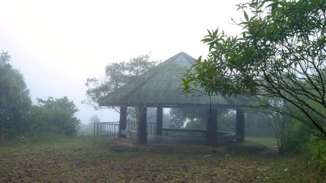 stockvideo's en b-roll-footage met rustige scène van paviljoen op de berg met koude temperatuur en mist - duurzaam toerisme
