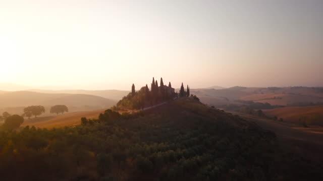 tuscany üzerinde sakin gündoğumu - toskana stok videoları ve detay görüntü çekimi