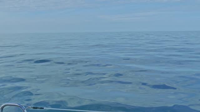 спокойные воды спокойного моря во время навигации на борту парусника в атлантическом море - спокойная вода стоковые видео и кадры b-roll