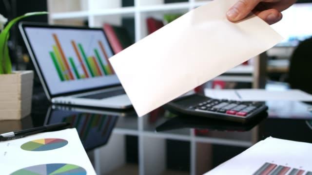 överföra kuvert med pengar från hand till hand. business transaktionen pengar - kuvert bildbanksvideor och videomaterial från bakom kulisserna