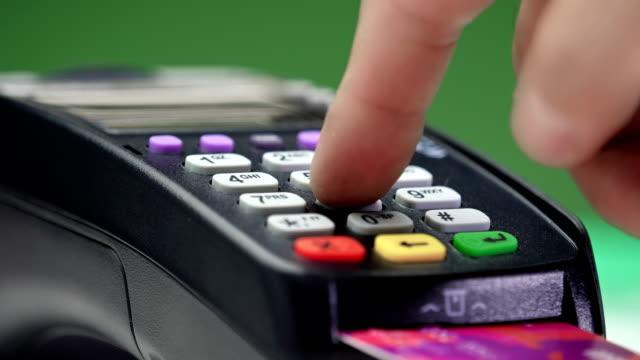 vídeos de stock, filmes e b-roll de transferência de pagamento. terminal de pagamento com cartão de crédito. - pin