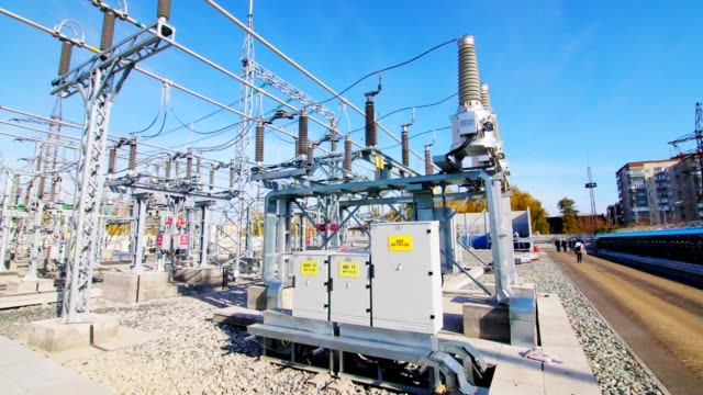 transformer operates at electrical transmission substation - sottostazione elettrica video stock e b–roll