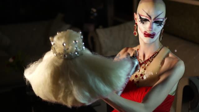 transgender koymak peruk üzerinde - peruk stok videoları ve detay görüntü çekimi