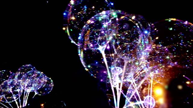 çok renkli parlak çelenk ile led şeffaf balon. geceleri canlı ışıklar. - bling bling stok videoları ve detay görüntü çekimi