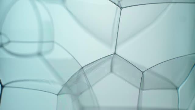 vídeos de stock, filmes e b-roll de paisagem de espuma de bolha de sabão transparente girando muito devagar, como uma estrutura abstrata - sabonete