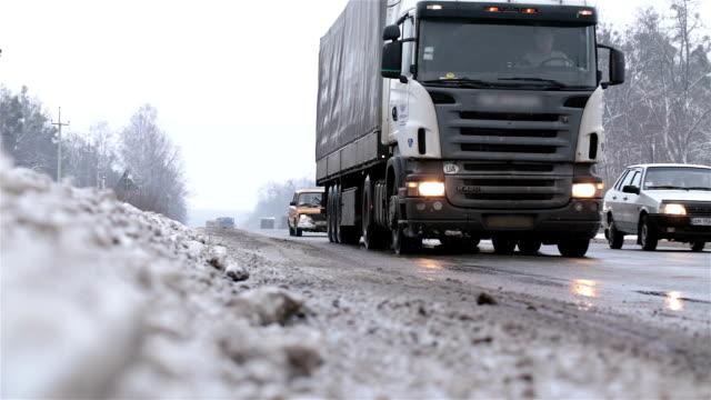 stockvideo's en b-roll-footage met vervoer op de snelweg in de winter. - stadsweg
